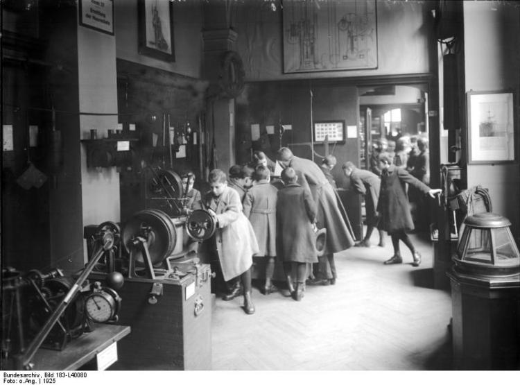 School children visiting the Museum für Meereskunde in 1925