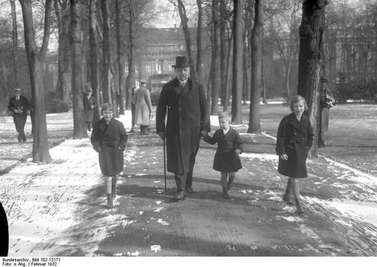 Hindenburg mit Enkelkindern